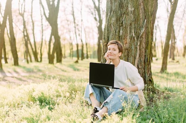 Parc de vacances d'été herbe femme communication ordinateur portable