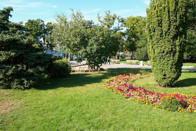 Parc verdoyant et ensoleillé avec fleurs et arbres