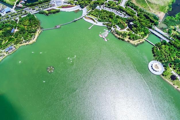 Le parc de la ville avec le lac