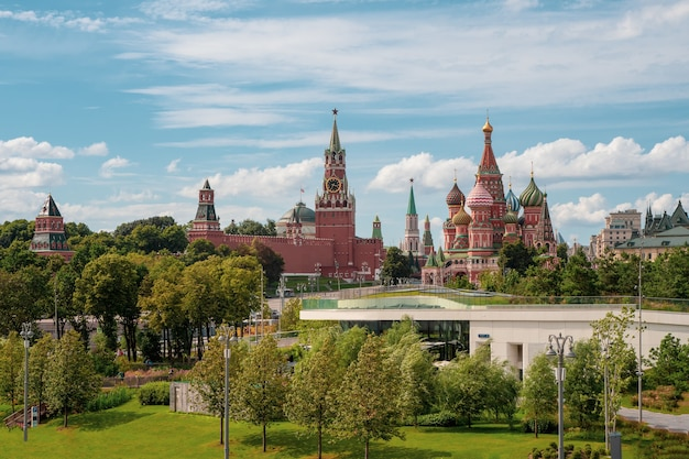 Parc zaryadye. kremlin de moscou et parc d'attractions zaryadye. russie.
