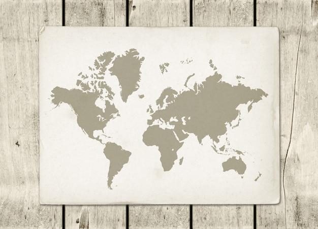 Parchemin de carte du monde vintage sur un mur en bois