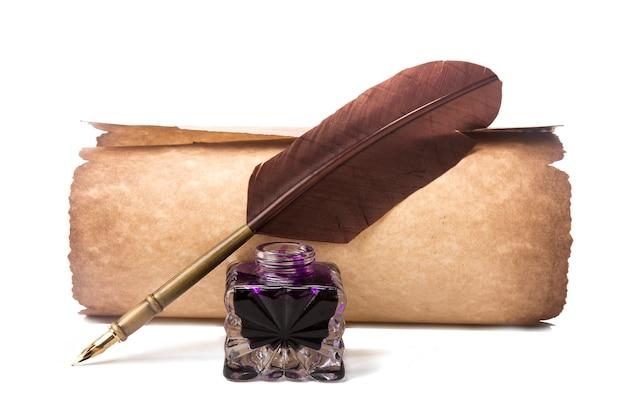 Parchemin et stylo plume avec plume