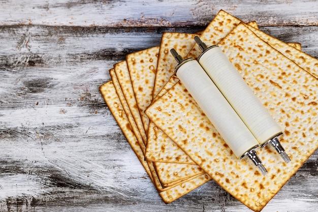 Parchemin de la torah juive pendant la fête de pâque