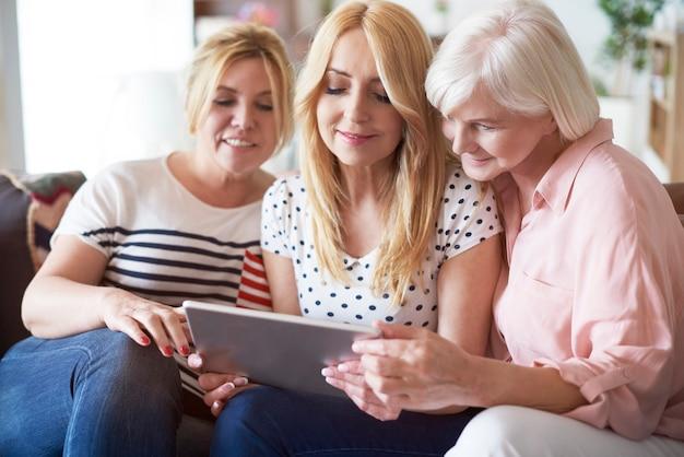 Parcourir quelques photos sur une tablette numérique
