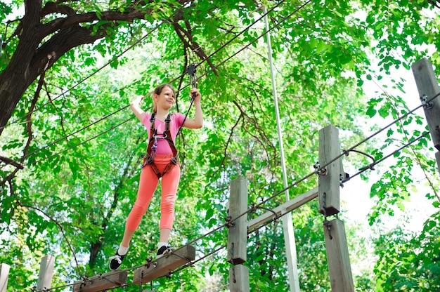 Parcours d'escalade aventure haute - randonnée dans la fille de parc de corde