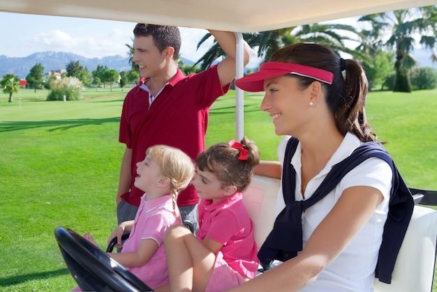 Parcours de golf famille père mère filles buggy