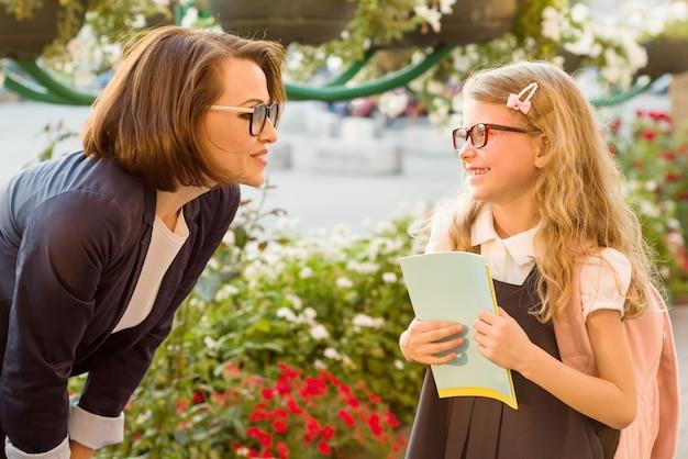 Le parent communique avec l'enfant