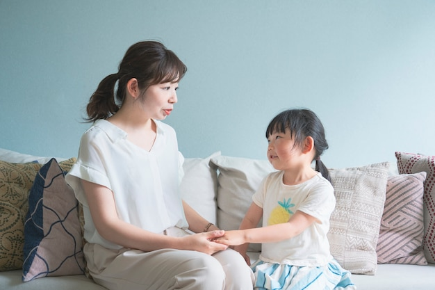 Parent et enfant sur le canapé