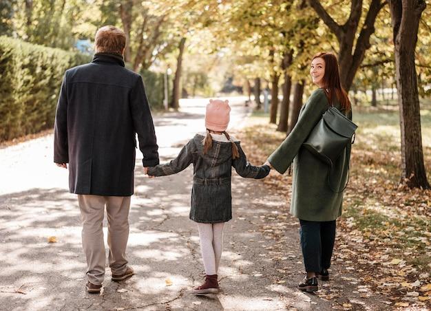 Parent et fille plein coup dans le parc