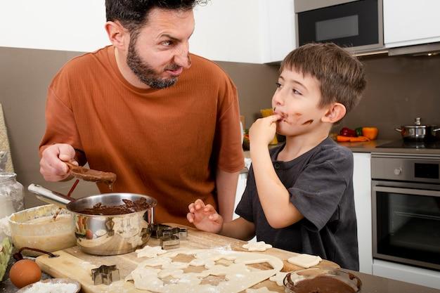Parent Et Garçon Dans La Cuisine Photo Premium