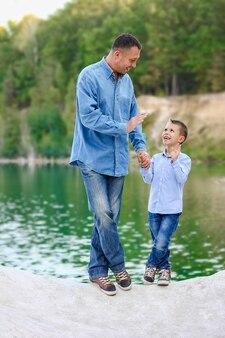 Un parent heureux avec enfant sur la nature dans les voyages du parc