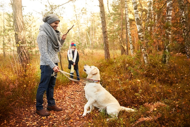Parent jouant avec son chien et donne une commande
