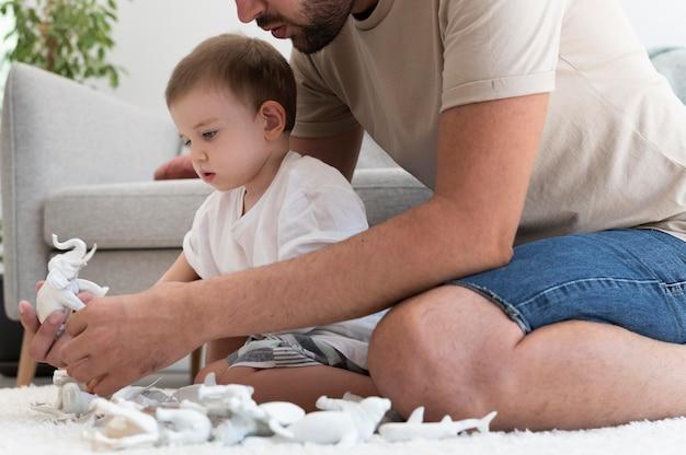 Parent passe du temps de qualité avec son enfant