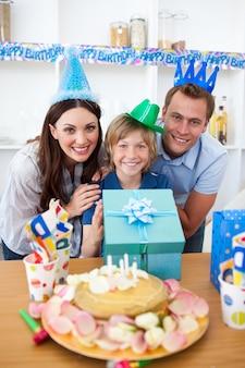 Parents animés célébrant l'anniversaire de leur fils
