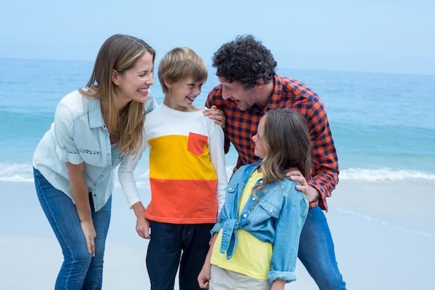 Parents appréciant avec les enfants à la plage