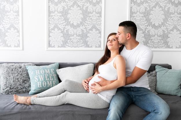 Parents en attente d'un nouveau membre de la famille