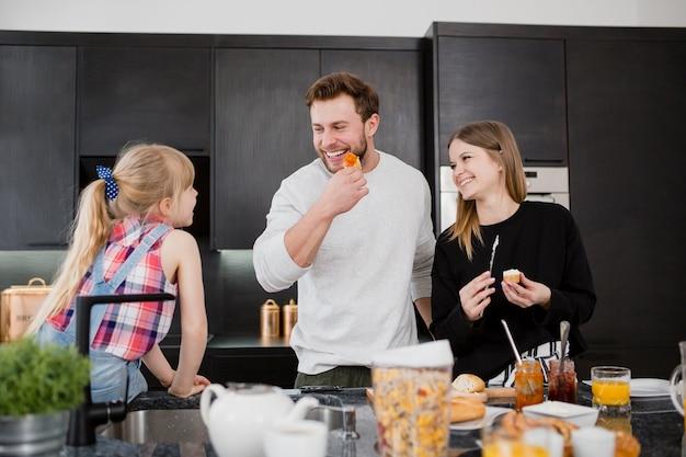Parents cuisinant près de la fille