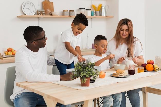 Les parents cuisinent avec leurs fils