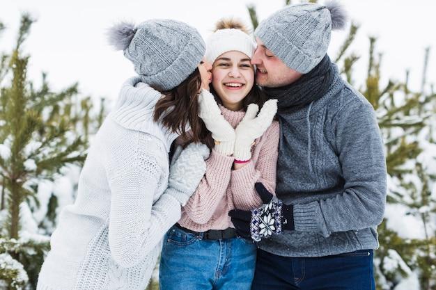 Parents embrassant une fille adolescente