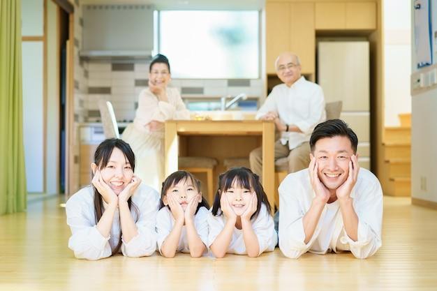 Parents et enfants allongés à l'intérieur et grands-parents se relaxant sur un ensemble de table