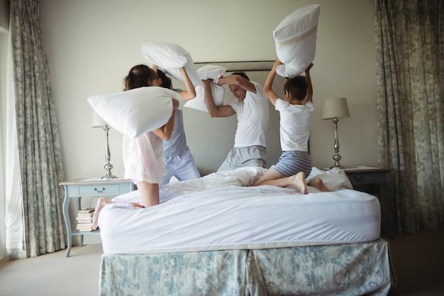 Parents, enfants, avoir, oreiller, combat, lit