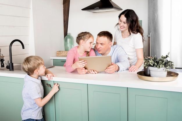 Parents avec enfants dans la cuisine