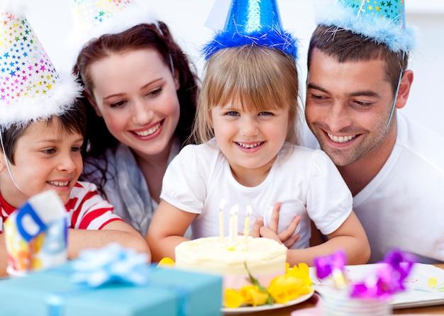 Parents et enfants fêtant un anniversaire
