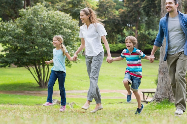 Parents et enfants marchant dans le parc