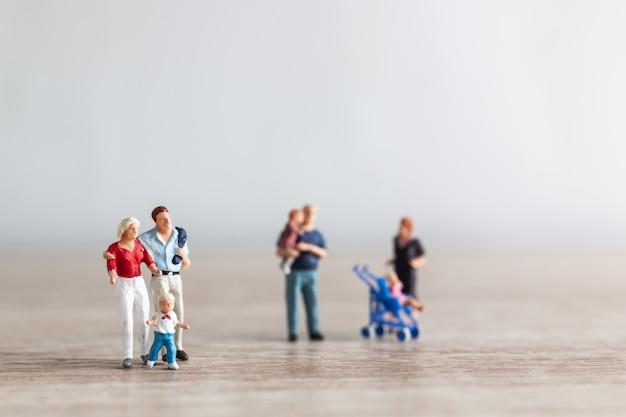 Parents d'enfants marchant en plein air