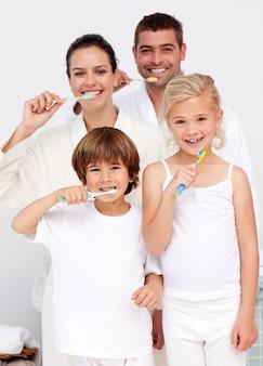 Parents et enfants nettoyant leurs dents dans la salle de bain