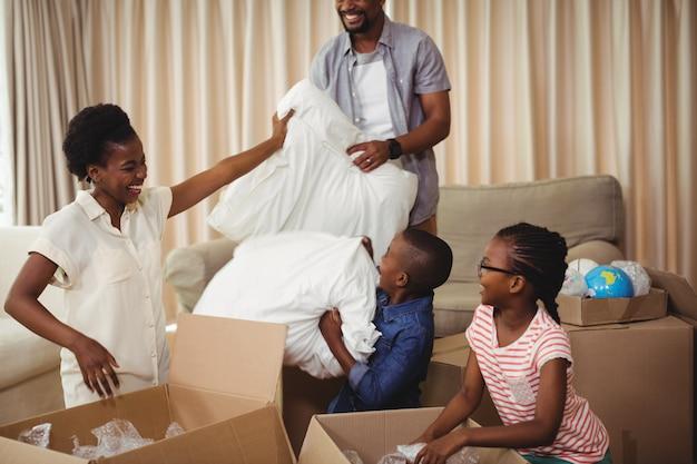 Parents et enfants ouvrant des boîtes en carton dans le salon