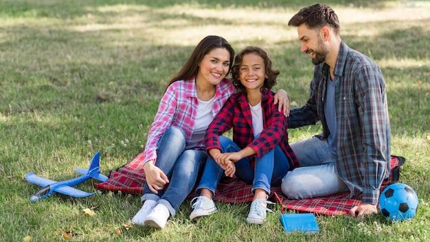 Les parents et les enfants passent du temps ensemble à l'extérieur