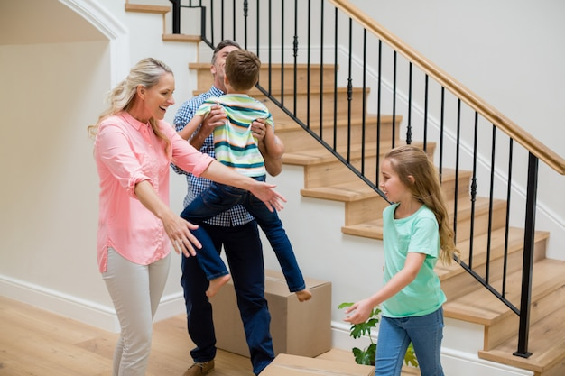 Parents et enfants s'amusant dans le salon
