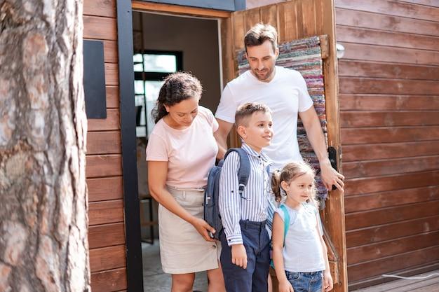 Les parents envoient leurs enfants à l'école c'est leur premier jour d'école après les vacances d'été