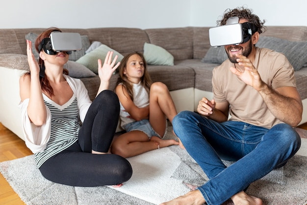 Parents éprouvant vr tandis que leur fille attend son tour