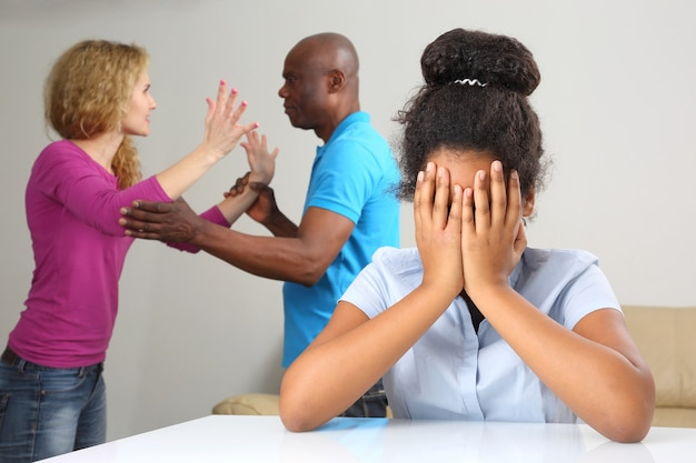 Les parents de la famille se disputent la relation avec la fille adolescente