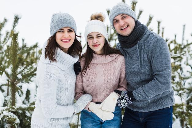Parents et fille adolescente dans la forêt d'hiver