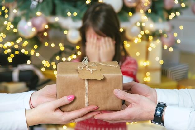 Les parents de fille enfant donnent des cadeaux pour noël. mise au point sélective. vacances.