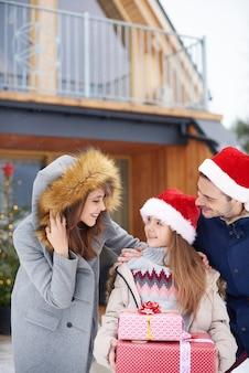 Parents avec fille pendant les vacances d'hiver