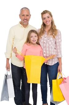 Parents et fille avec des sacs à provisions