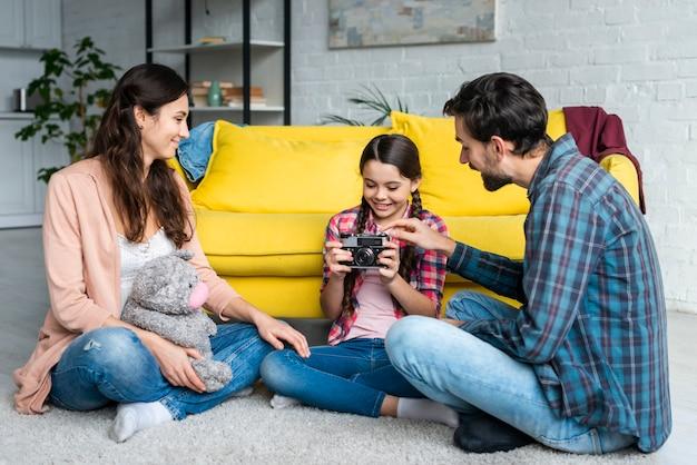 Parents, fille, séance, plancher