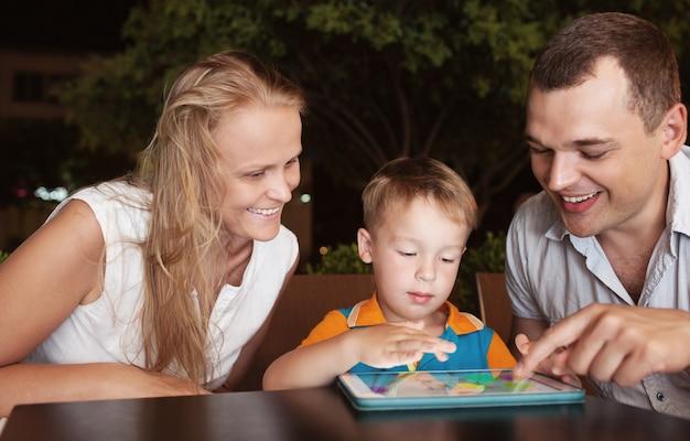 Parents avec fils le soir au café