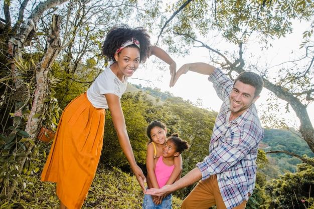 Les parents forment le coeur avec les bras