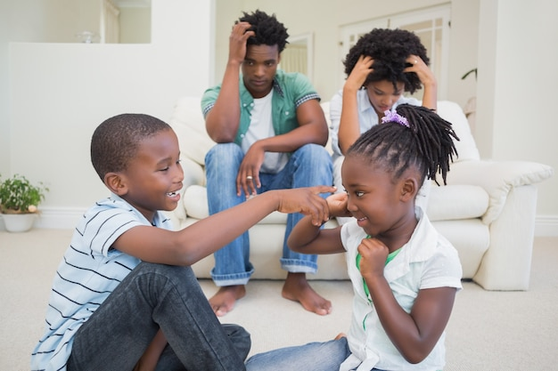 Des parents frustrés qui regardent leurs enfants se battre