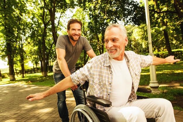 Des parents heureux ensemble. famille marchant dans le parc.