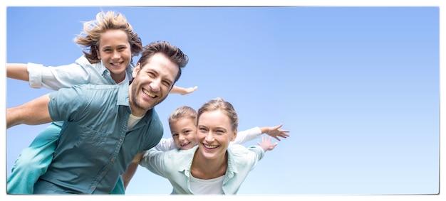 Parents heureux avec leurs enfants