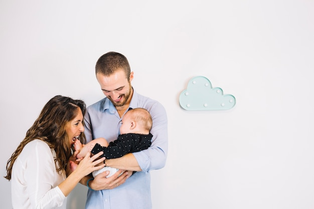 Parents jouant avec bébé