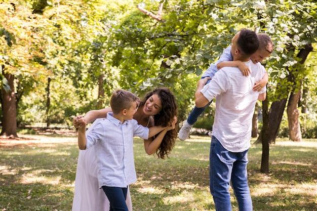 Parents jouant avec leurs garçons