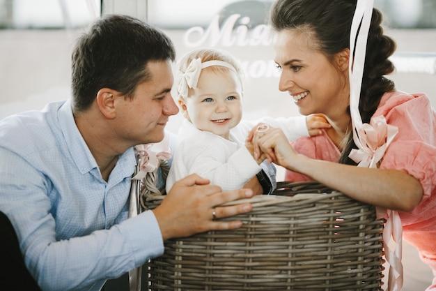 Les parents jouent avec leur petite fille