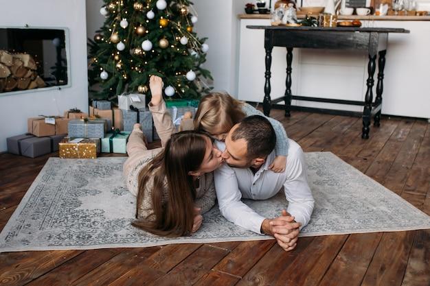 Parents et leur fille mignonne à la maison